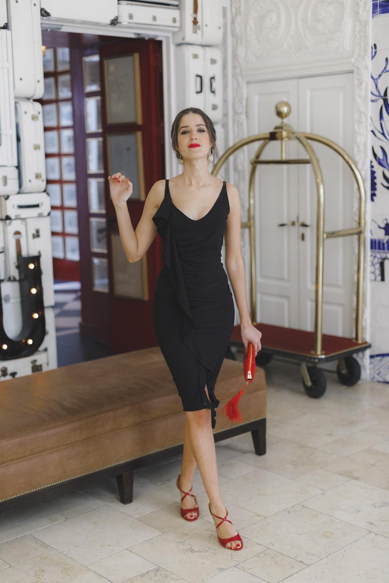 Vestido negro y complementos rojos
