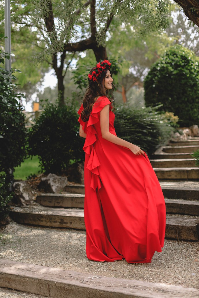Look invitada boda noche 2018 vestido rojo espalda volantes tocado