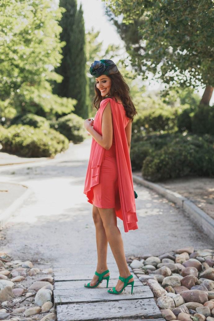 Look invitada boda mañana vestido asimetrico coral capa invitada perfecta 2018