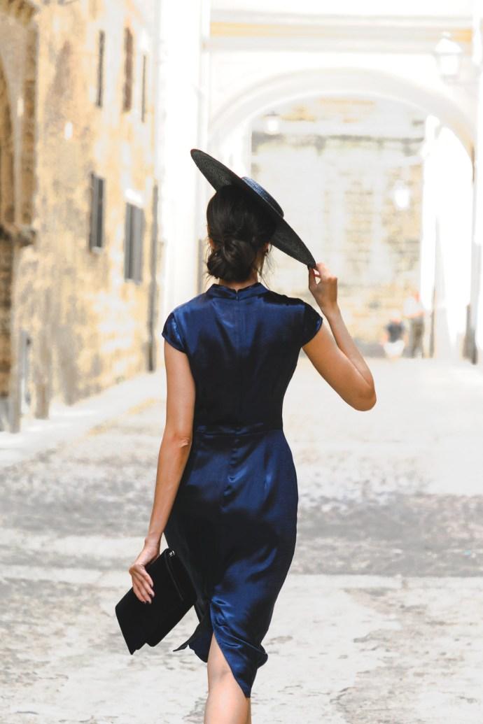 Look invitada lowcost otoño vestido fiesta azul marino cuello chino barato pamela