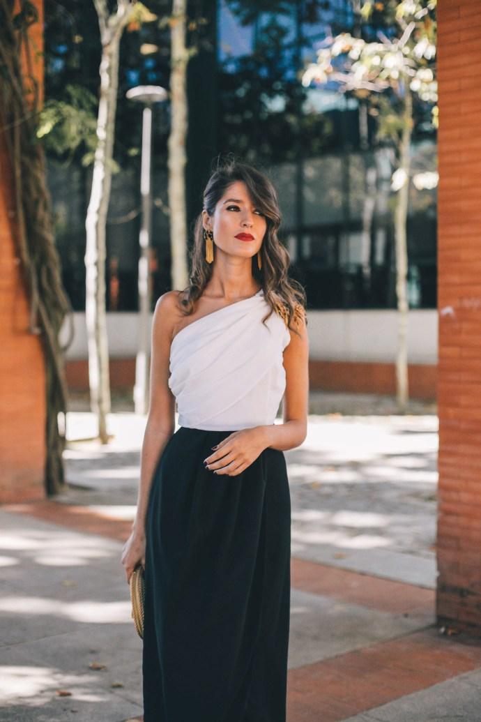 530ef66be Look invitada boda largo blanco negro escote asimetrico falda abierta  pendientes dorados bolso invitada