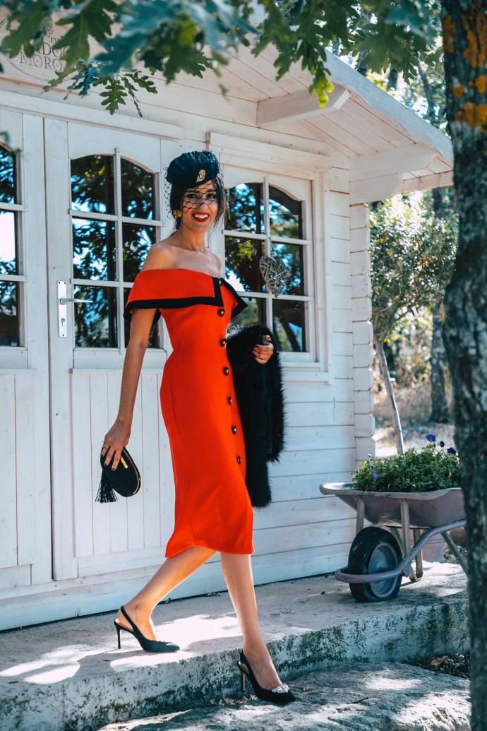 Look invitada otoño vestido abotonado vintage tocado retro estola