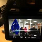 Der Bildschirm einer Sony Alpha Kamera während einer Filmaufnahme, zu sehen ist die europäische Flagge