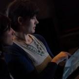 Regiesseurin Alicia-Eva Rost kontrolliert den Bildausschnitt, ein Dreh von InZwischeZeit:Filme