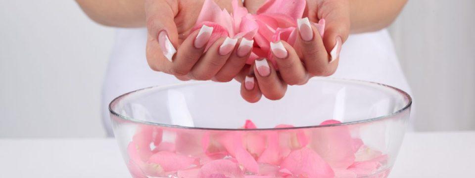 8 beneficii de frumusețe ale apei de trandafiri