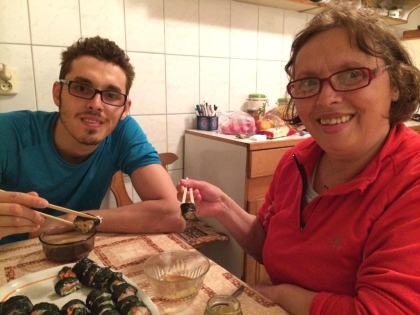 Dovada clara ca sushi este pentru toata lumea: socra-mea a mancat, si chiar s-a declarat incantata ;-)
