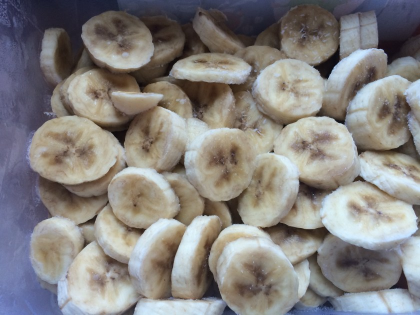 "A bunch of bananas! Proaspat scoase din congelator, erau ca un bolovan, asa ca le-am lasat 10 minute sa ajunga la o temperatura ""procesabila"""