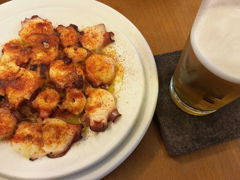 Pulpo si cerveza prin zona Goya. Caracatita este un must-try in Madrid!
