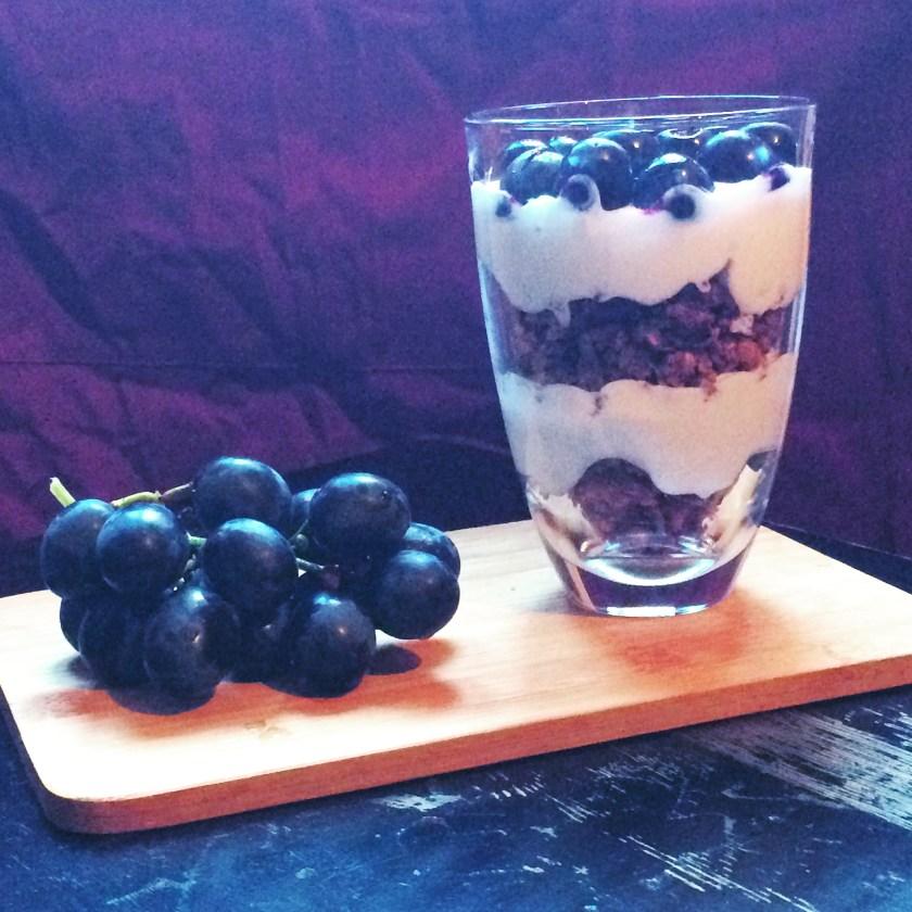 Cu iaurt grecesc si struguri. A fost delicios, data viitoare cred ca am sa incerc cu niste pere :)