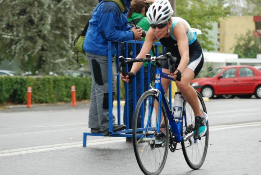 (c) Aventuria.ro Aceasta este o poza din 2012, la primul meu triatlon (a fost de fapt duatlon, s-a anulat proba de inot). Bicicleta imprumutata este cu cel putin 2 marimi prea mare, dar am facut treaba buna cu ea :)