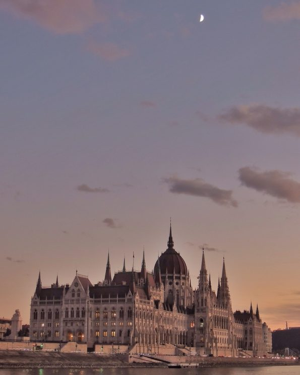 Il Parlamento e la Luna