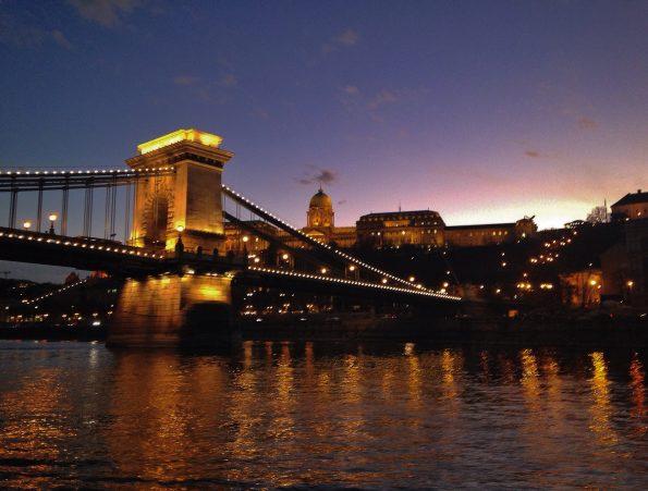 Il Ponte delle Catene e il Castello sullo sfondo