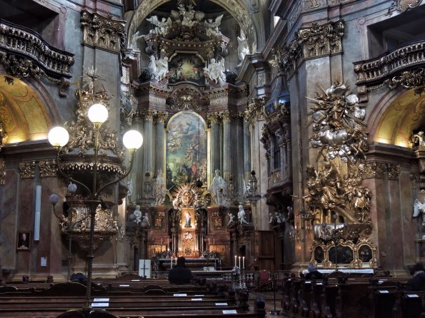 Il meraviglioso interno barocco di Peterskirche