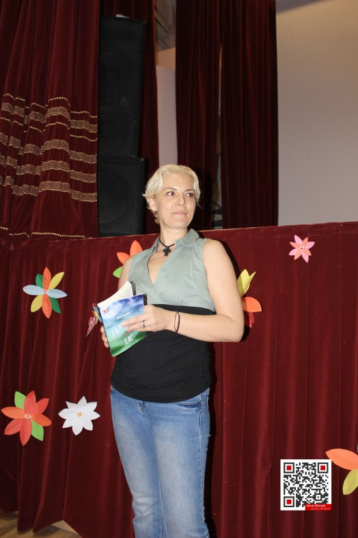 Monica Ramirez isi lanseaza FANTOMA DE PE LAC