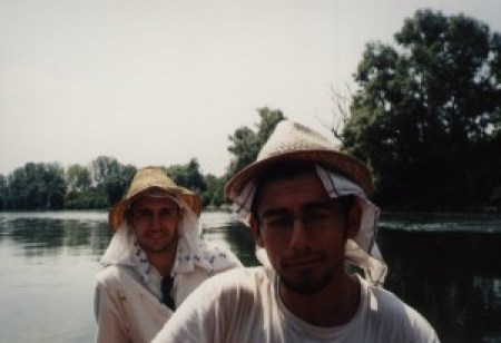 Ci leviamo prima della sveglia, alle 5.15. L'aria è fresca, il fiume si spoglia di una leggera bruma ma chi sta in poppa si assopisce continuamente. Di mattina la barca è una culla a remi..