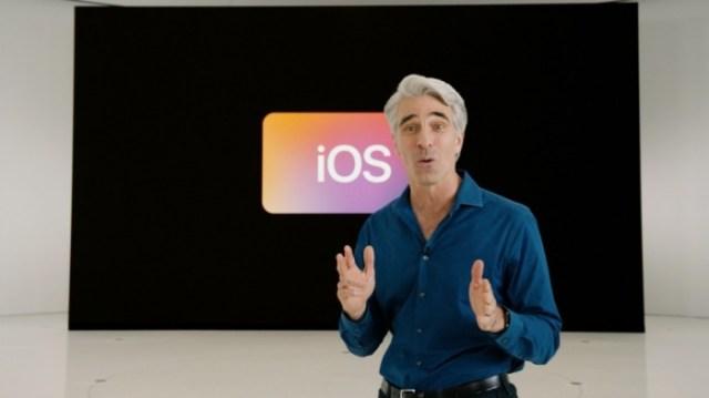 Craig Federighi presentando iOS