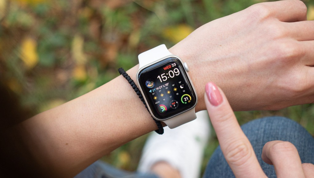 Apple Watch en la muñeca de una mujer
