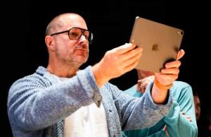 Jony Ive sosteniendo un iPad productos Apple
