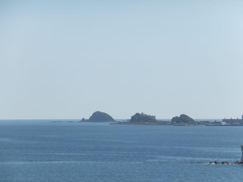 画面中央の人工的なシルエットが、端島(軍艦島)です。