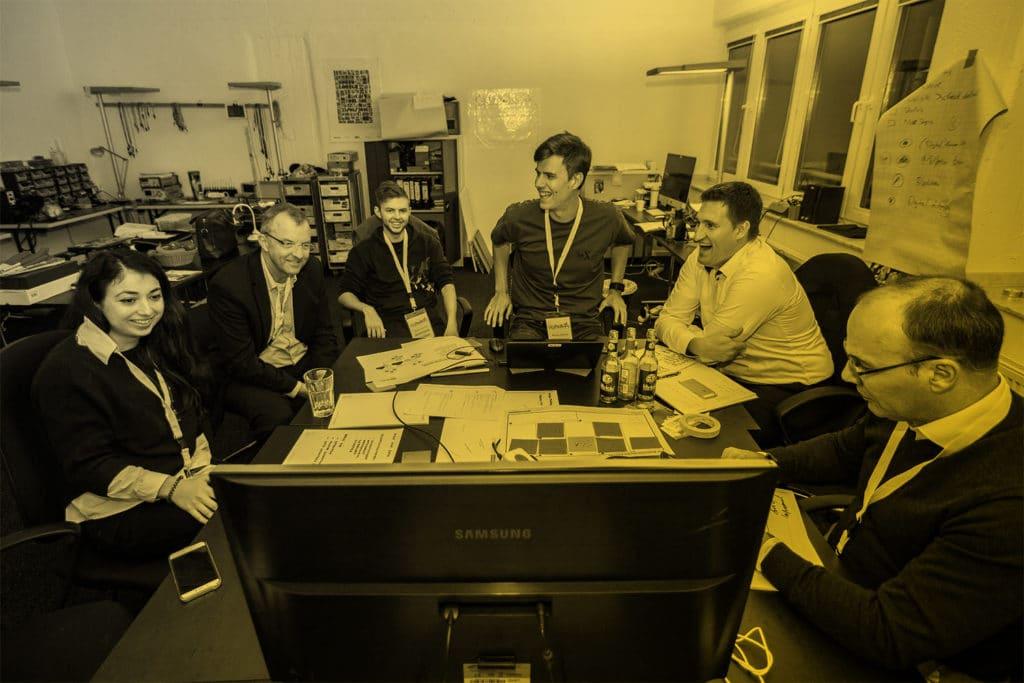 IoT Spezialisten am Tisch beim Brainstorming