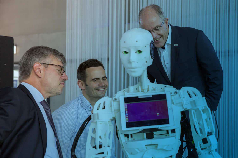 Roboter Bob ist einer der IOX Prototypen für die Messe und wird hier von drei Leuten betrachtet