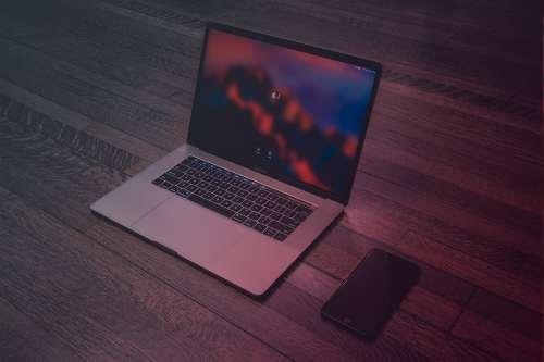 Zum Artikel Internet der Dinge Glossar: Laptop und Smartphone auf Tisch