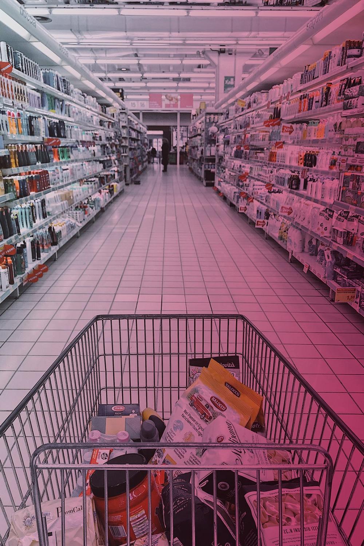 RFID im Handel: zeigt einen Einkaufswagen im Supermarkt vor Regalen