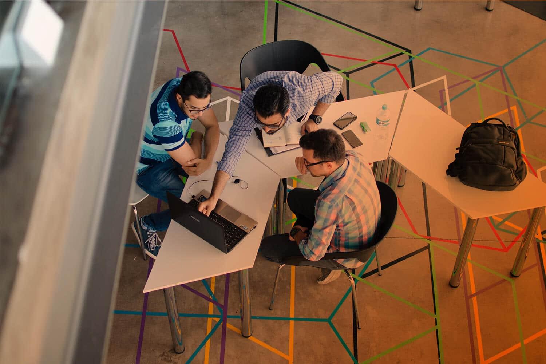 Zum Beitrag IoT-Geschäftsmodelle für mehr Erfolg: Drei Personen am Tisch