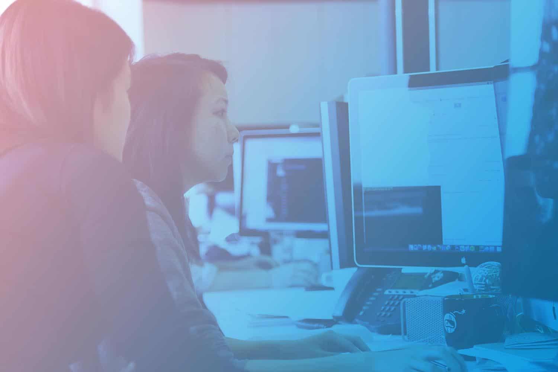 Zum Artikel Computer Vision: zwei Frauen am Arbeitsplatz vor mehreren Monitoren