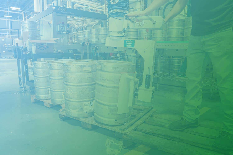 Zum Artikel Digitale Transformation als Helfer in Krisenzeiten: Produktion, Kanister in Industriehalle