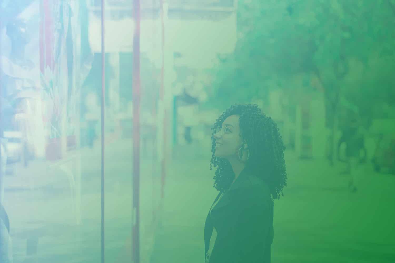 Zum Artikel Customer Centricity: Glückliche Frau vor dem Schaufenster