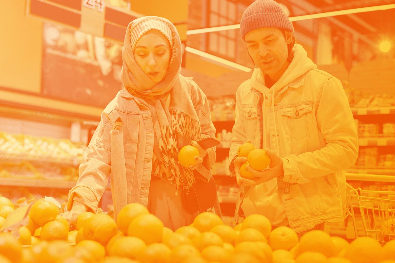 Frau und Mann im Einkaufsladen: Mobiltelefone helfen bei der Automatisierung