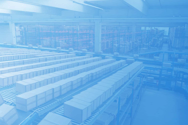 Zum Beitrag IoT in der Intralogistik: Lagerhalle mit Rollbändern und Paketen