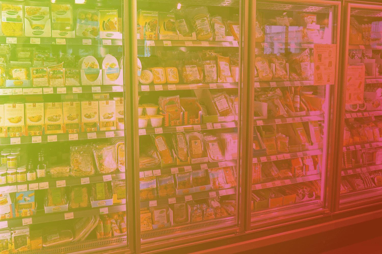"""Zum Thema """"Kühlkette überwachen – Warum IoT für die Logistik so wichtig ist"""": Kühlschrank mit Ware"""
