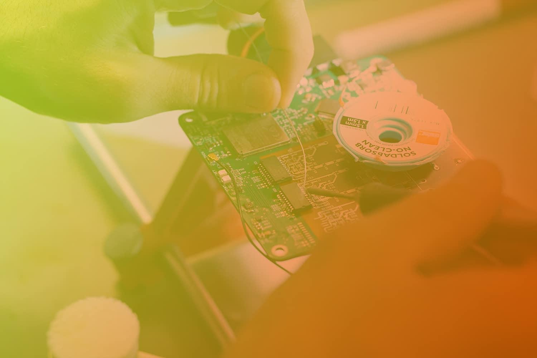 """Zum Artikel """"IOX Experte erklärt - Sensoren im Internet der Dinge"""": Platine, die gerade gelötet wird"""