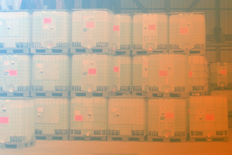"""Zum Artikel """"Wie ihr mit IoT Lösungen IBC-Container überwachen könnt"""": Gestapelte IBC-Container"""