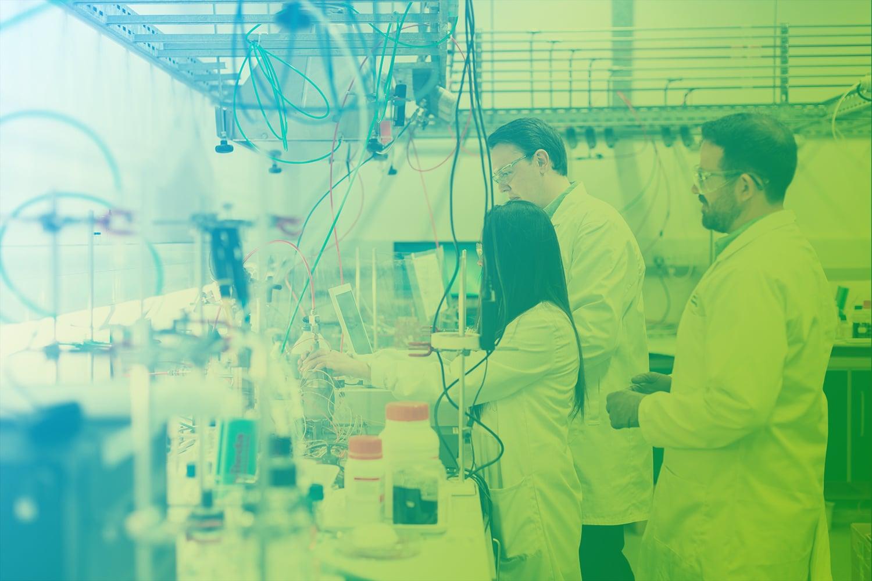 Zum Artikel Digitalisierung in der Prozessindustrie: Drei Personen im chemischen Labor