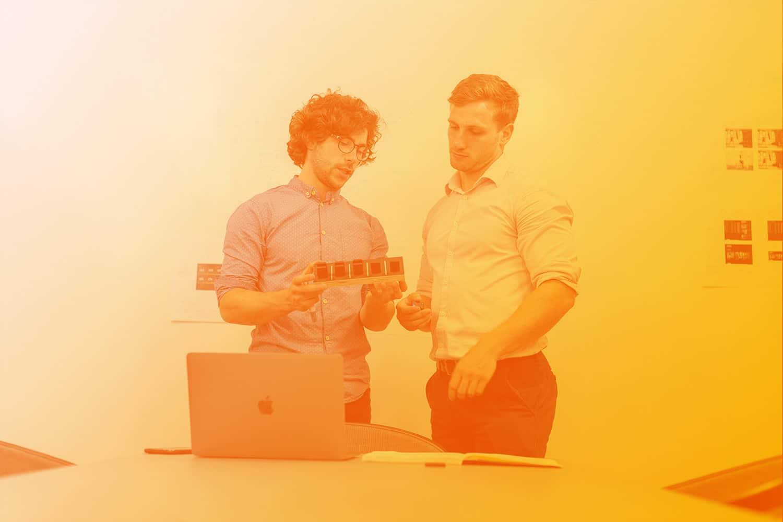 RFID in 6 Schritten zum erfolgreichen System, Bild zwei Männer