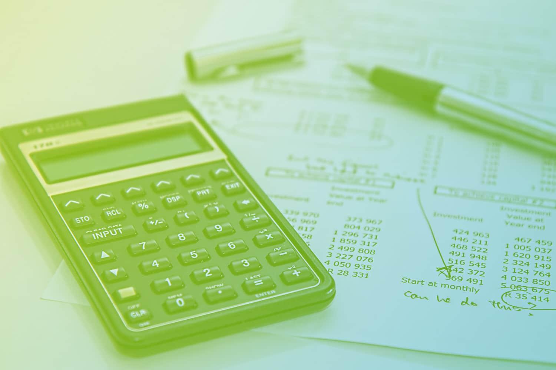 Zum Beitrag Budget für IoT-Projekte: Taschenrechner, Rechnung und Zahlen auf einem Blatt, Stift
