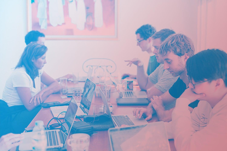 Zum Beitrag Smarte Produkte entwickeln: Personen mit Laptops am Tisch