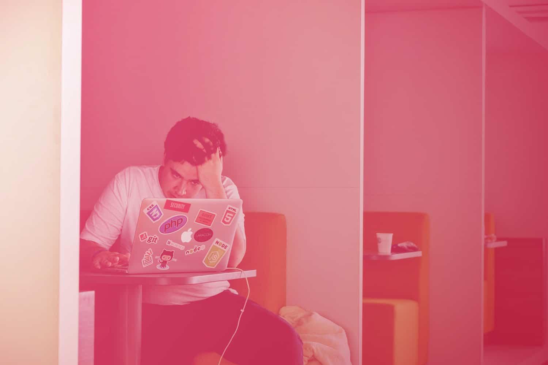 Zum Beitrag Stolpersteine beim IoT: Mann sitzt am Tisch mit Laptop, Kopf auf der Hand abgestützt