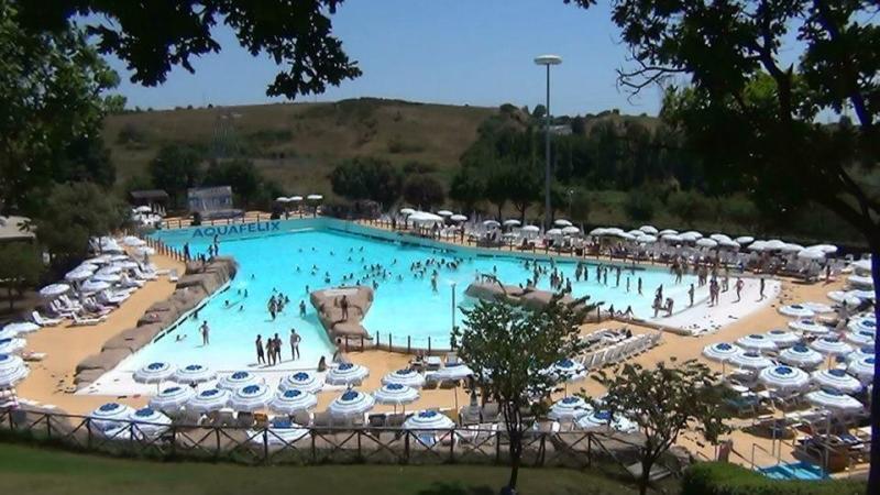 La grande piscina del parco acquatico Aquafelix di Roma