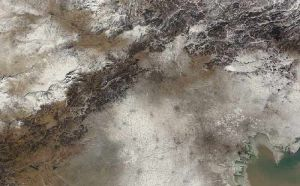 Moderate Resolution Imaging Spectroradiometer (MODIS) on NASA's Terra satellite acquired this pair of images of northeastern China on January 14 (smoggy) and January 3 (clear), 2013 sin