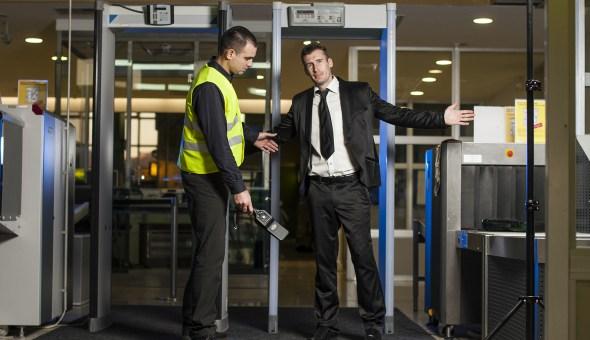 حكم قضائي: التفتيش العشوائي لأجهزة المسافرين غير دستوري