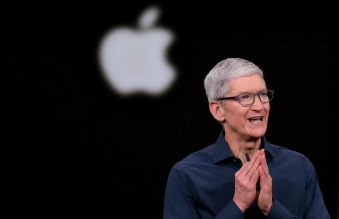 Тим Кук и логотип Apple