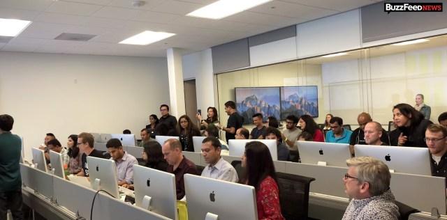 War Room de lanzamiento llena de iMacs