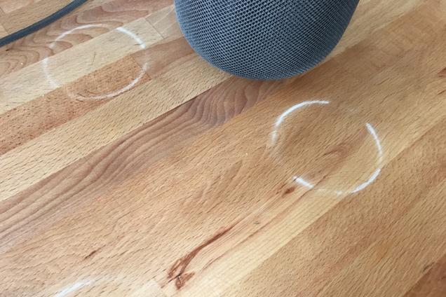El HomePod deja marcas en las mesas (foto de Jon Chase℗ en Wirecutter)