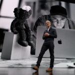Tim Cook sobre el escenario, presentando el nuevo MacBook℗ Air