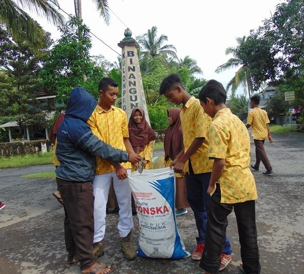 GO GREEN: IPM MTs Darul Ulum Galur Lakukan Pemungutan Sampah Pasca-Banjir
