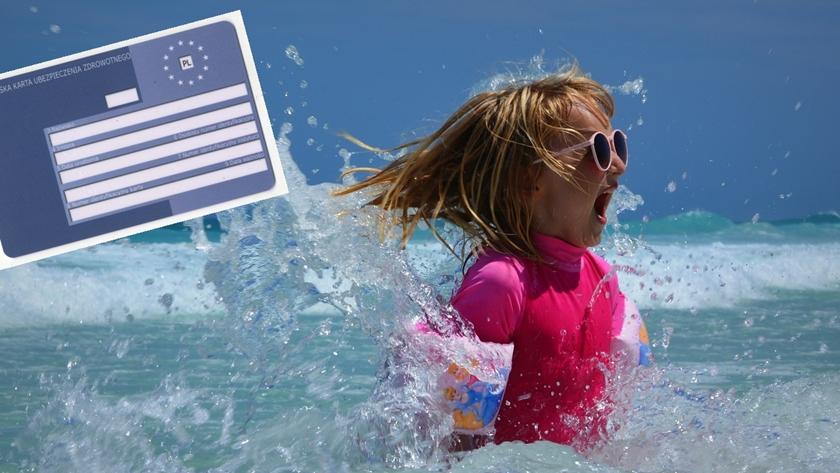 dziecko kąpiące się w morzu